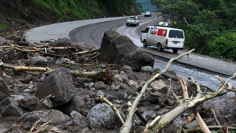 Nära kommunen Goascorán i departementet Valle, Honduras, har stormen Nate orsakat stora skador på vägarna.