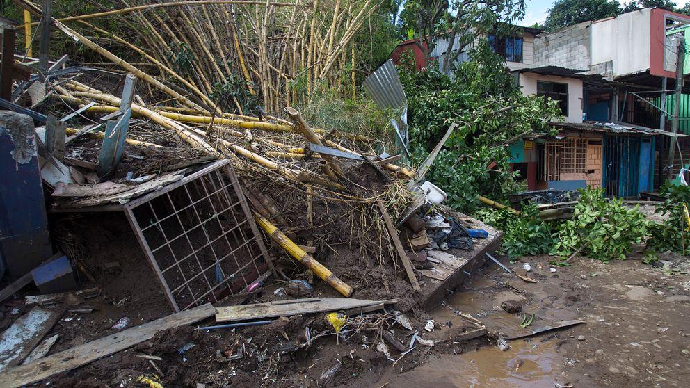 Ett jordskred orskaade ras i efterdyningarna av Stomen Nate i utkanten av San Jose i Costa Rica.
