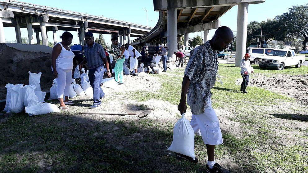 Befolkningen i New Orleans förbereder sig inför orkanen Nate genom att flyya påsar med sand.