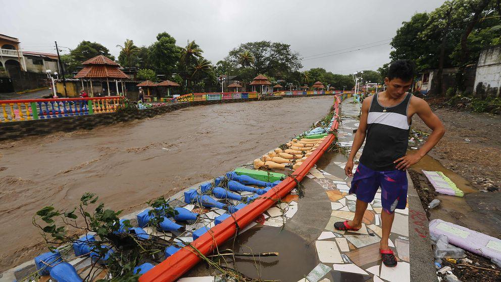 Byggnades har skadats och rasat efter att stormen nate drog in över Masachapa i Nicaragua och svämmade över Massachapa-floden.