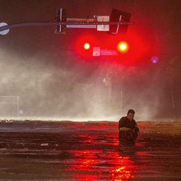 En översvämmad väg nära stranden i Biloxi, Mississippi.