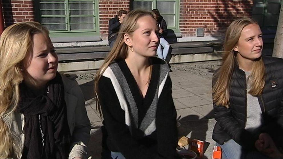 Sofia, Esther och Linnea äter soppa och lyssnar på sina skolkamrater spela Beatleslåtar.