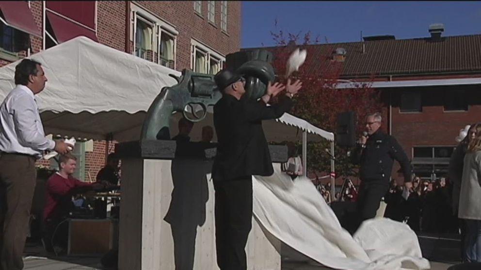 Här avtäcks Non Violence-skulpturen på Samskolans skolgård i Göteborg.