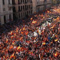 Människor demonstrerar mot Kataloniens självstyre.