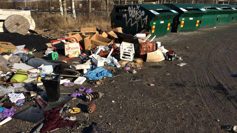 Kraftigt nedskräpad återvinningsstation. Tappstället i Örebro, stängd sommaren 2017.