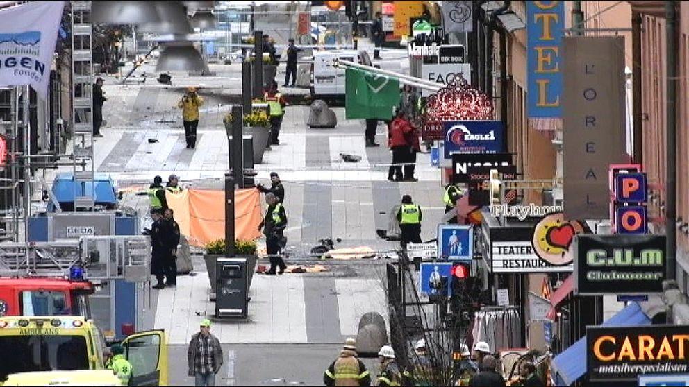 Drottninggatan i Stockholm, strax nedanför tvärgatan Adolf Fredriks kyrkogata – det var i en butik i det här kvarteret de befann sig när lastbilen plöjde förbi i hög fart på sin dödliga färd.