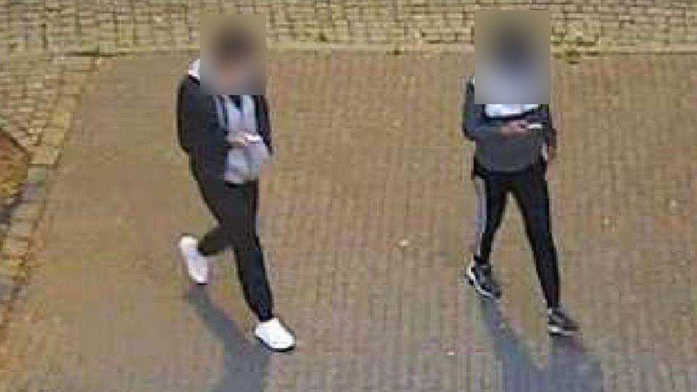 Två kvinnor fångas klockan 04.33 på övervakningskamera vid rondellen NorraParkgatan. Två kvinnor med samma kläder gör också senare uttag med brottsoffrets bankkort.