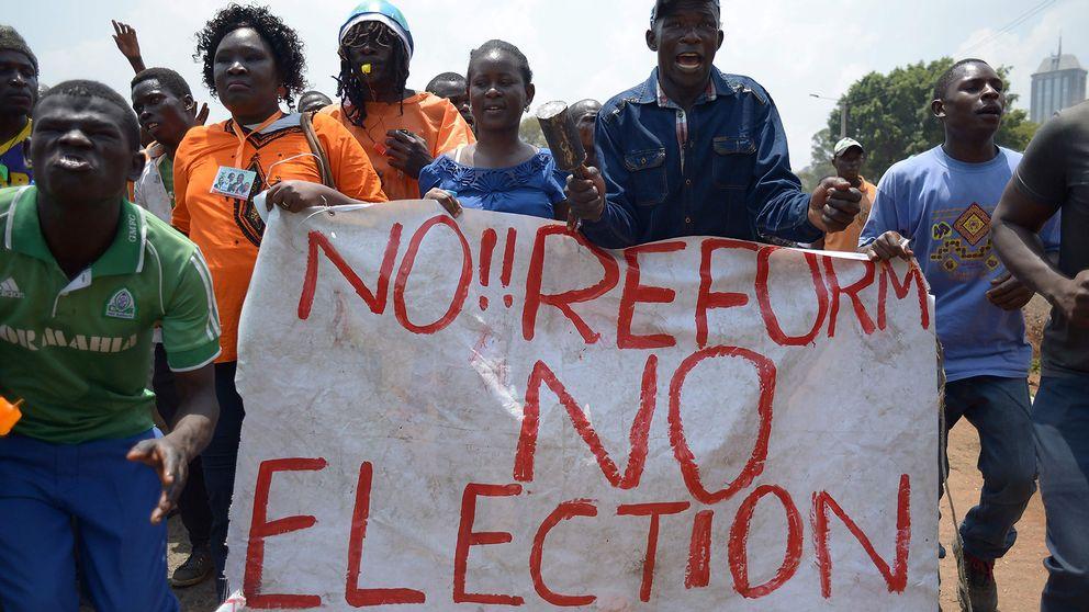 """""""Nej!! Reformer inget val"""", står det på en banderoll som oppositionsanhängare håller upp i Kenya."""