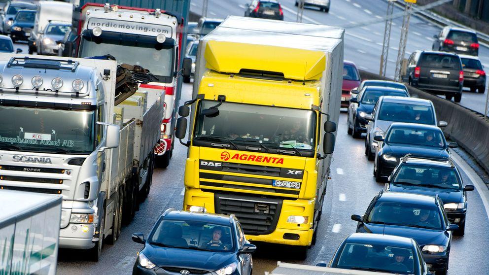 Lastbilar på motorväg