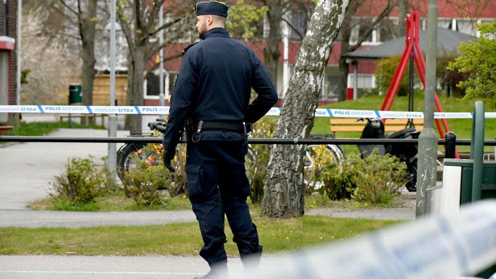 Polisen hade vid sextiden på fredagskvällen kvar avspärrningarna vid platsen där skjutningen ägde rum.