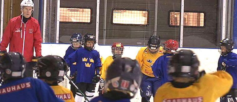 Barn på isen under en ishockeyträning