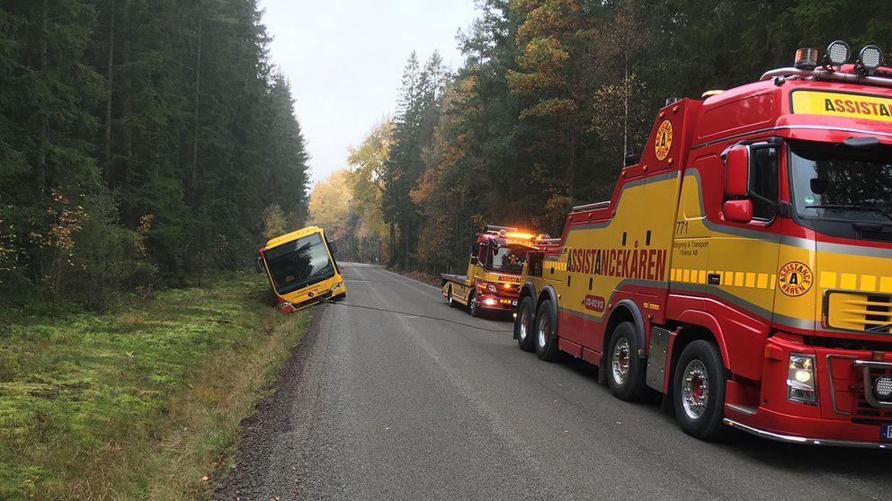 Bussen var på väg för att hämta en grupp skolbarn i Kristvallabrunn när den körde av vägen.