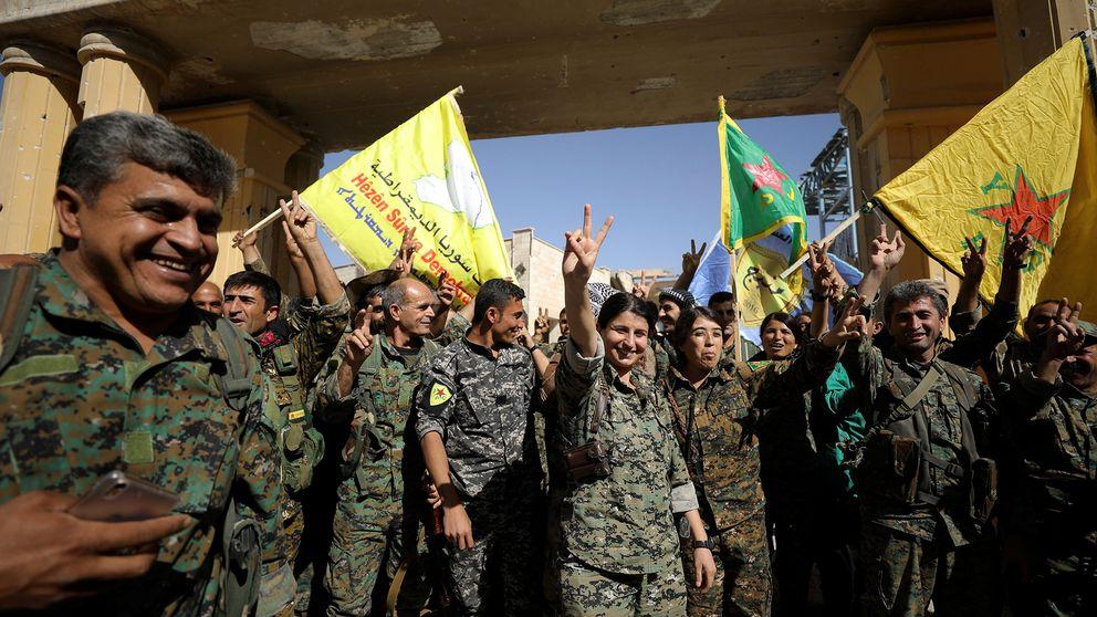 SDF-soldater gör V-tecknet för Victory – seger.