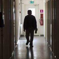 En asylsökande man i korridoren i ett flyktingboende i Pajala.