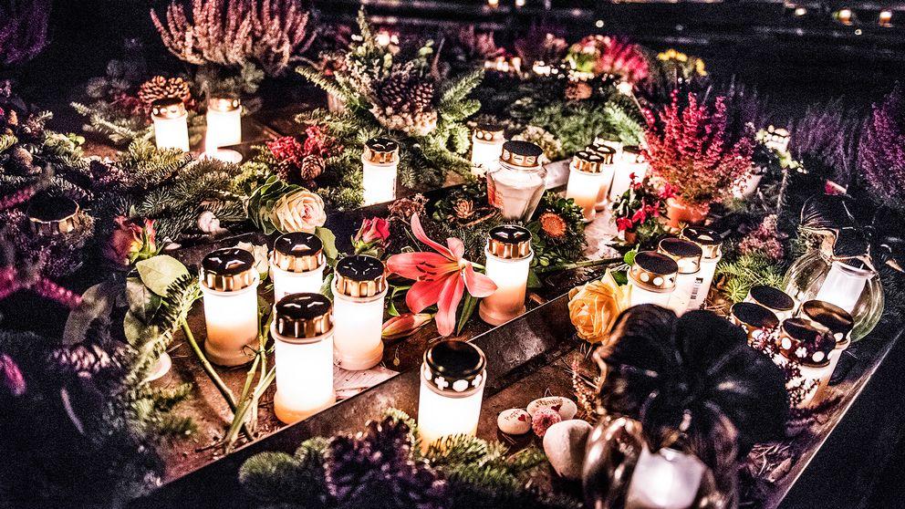 Ljus brinner på Skogskyrkogården i södra Stockholm under allhelgonahelgen.