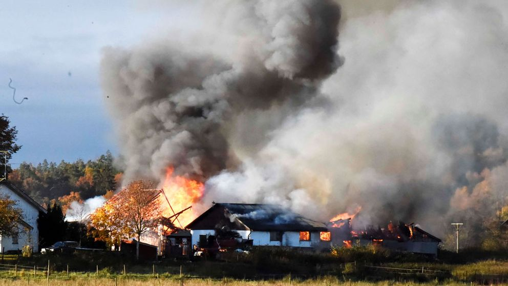 En ladugård brinner i Mark.