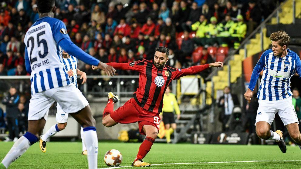 Fotbollsspelaren Saman Ghoddos i Östersunds FK laddar för ett skott.