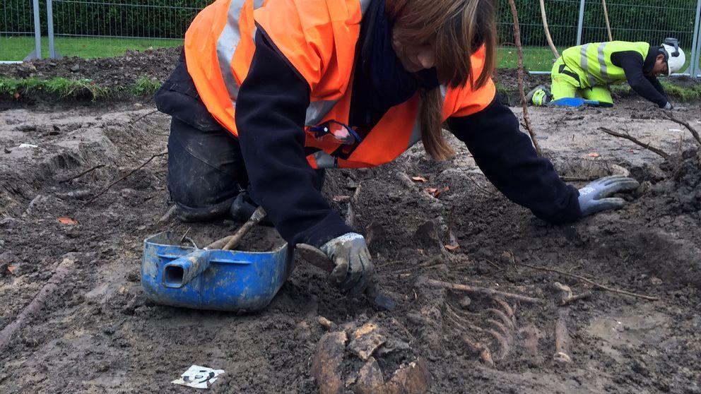 Osteologen Helene Wilhelmson gräver fram skeletten.