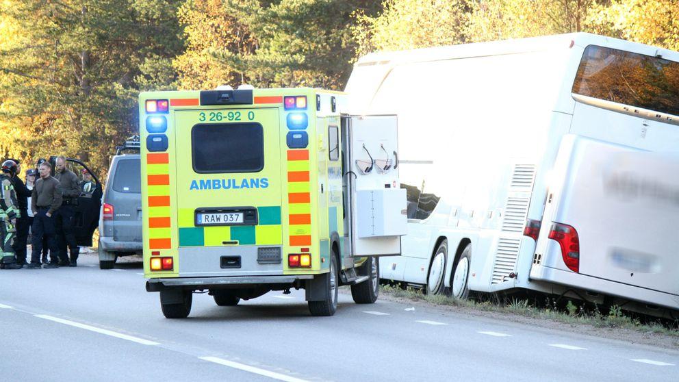 buss i diket och ambulanser