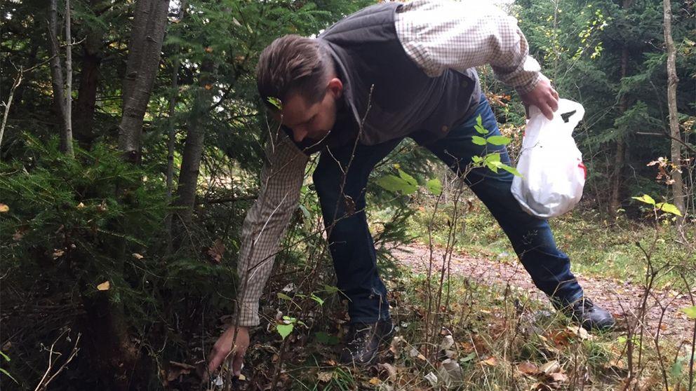 – Hade man gått hela vandringsleden på tre kilometer hade vi säkert fått ihop en halv sopsäck, säger markägaren Tom Espgård.