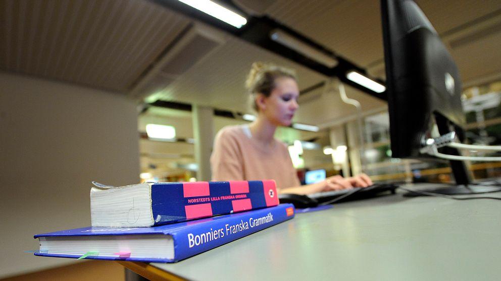 Arkivbild på en kvinnlig student.