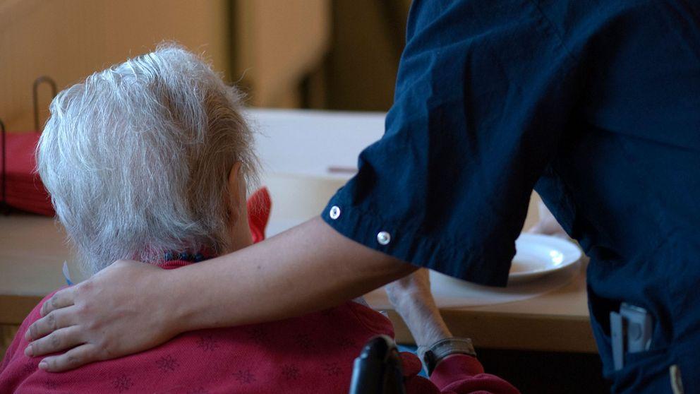 Yngre kvinna tar hand om äldre kvinna.