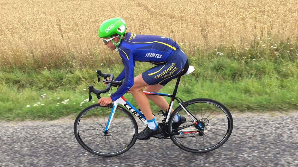 Hjalmar Klyver cyklar landsväg.