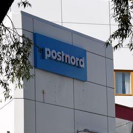 Postnords terminal i Årsta, Stockholm, samt näringsminister Mikael Damberg (S)