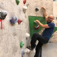 Hannes Bonhoff, vice ordförande i Halmstad klätterklubb ger tips till nybörjare.