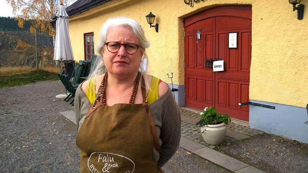 Annica Skoglund står framför sin butik.