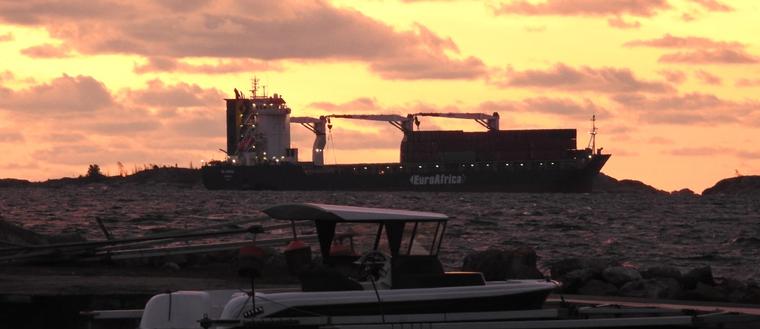 Ett fartyg har gått på grund utanför Oxelösund igår kväll.