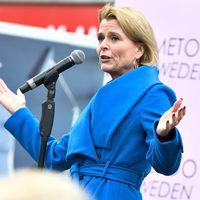 Jämställdhetsministern Åsa Regnér (S) talar under #metoo-manifestationen mot sexuella trakasserier och övergrepp som hålls på Segels torg.