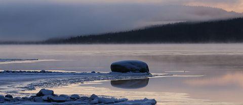 Bild tagen 23 oktober kl 0723. Isen brukar lägga sig sista veckan oktober – 1 veckan november och ligger normalt 210-220 dygn, isen försvinner normalt sista veckan i maj eller första veckan i juni. (Källa SMHI, där jag israpportör i Jukkasjärvi)