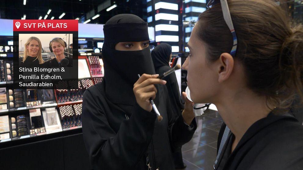 Asmaa al Harbi sminkar en kund i Riyadh.