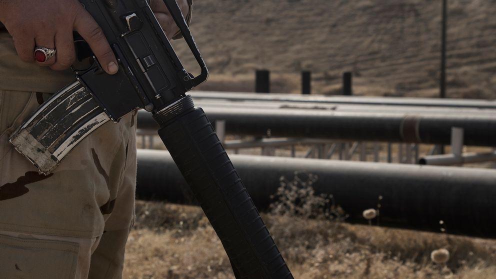 Beväpnade vakter ur irakiska armen vaktar oljefälten.