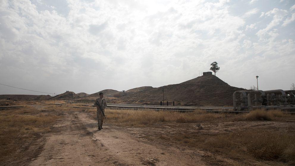 Säkerheten på oljefälten i Kirkuk är stark, med flera vakter patrullerande runt anläggningarna som ofta omringas av vallgravar för att försvåra intrång.