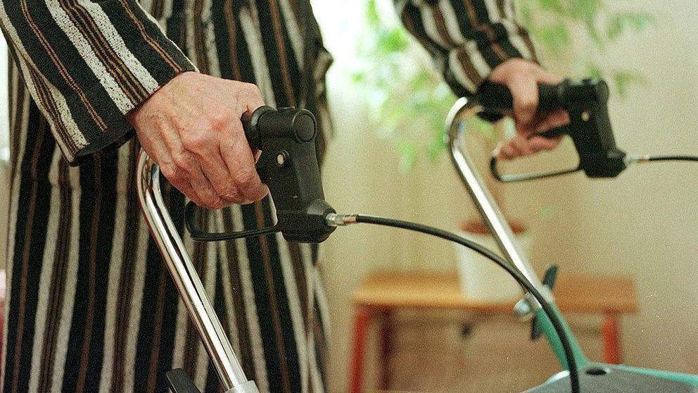 Äldre person med rullator