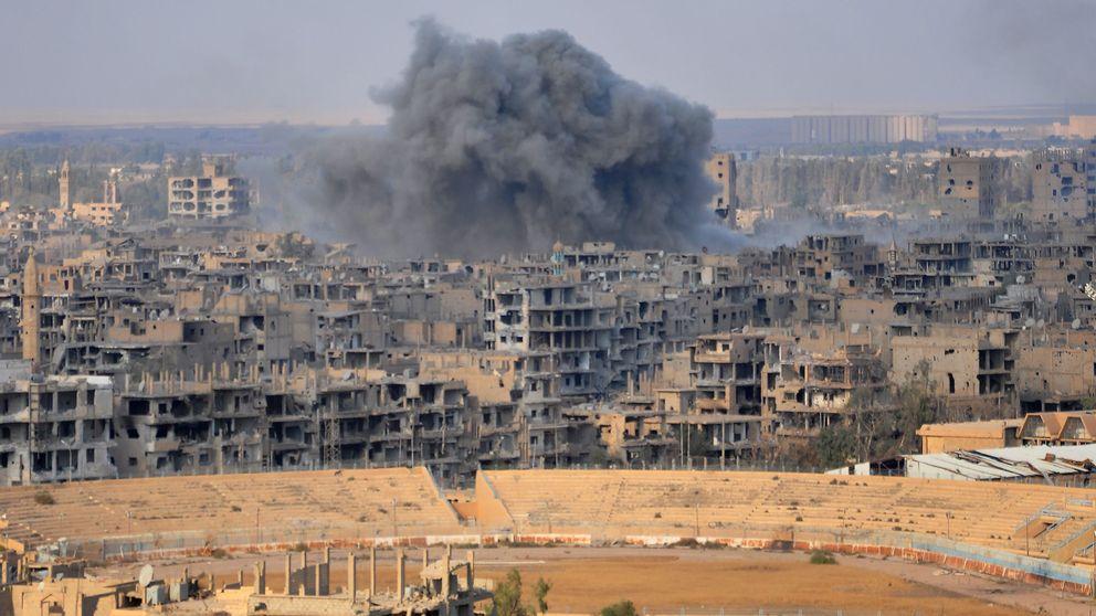 Rökmoln stiger från Deir Ezzor under en arméoffensiv den 2 november.