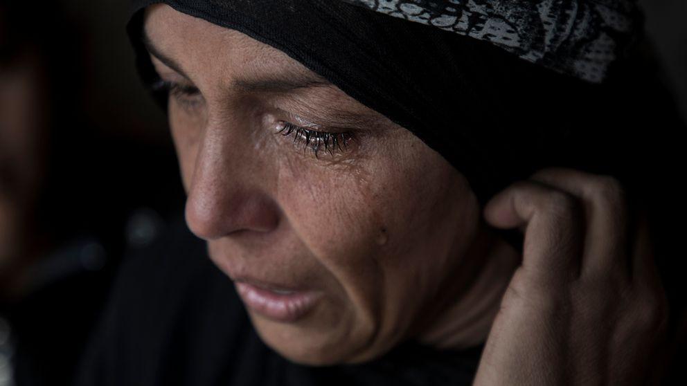 Familjen har nu återvänt till Hawija och sin älskade stad efter att IS besegrats och flytt staden. Emas börjar gråta när hon berättar om vad familjen gått igenom.