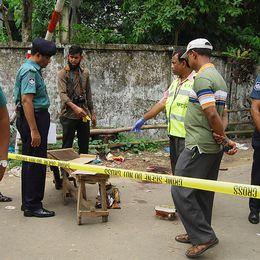 Bangladeshisk polis undersöker platsen där bloggaren och författaren Ananta Bijoy Das höggs ihjäl med machetes i maj 2015. Det var det tredje mordet på en bloggare i Bangladesh det året.