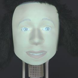 Robot med mänskligt ansikte och pälsmössa
