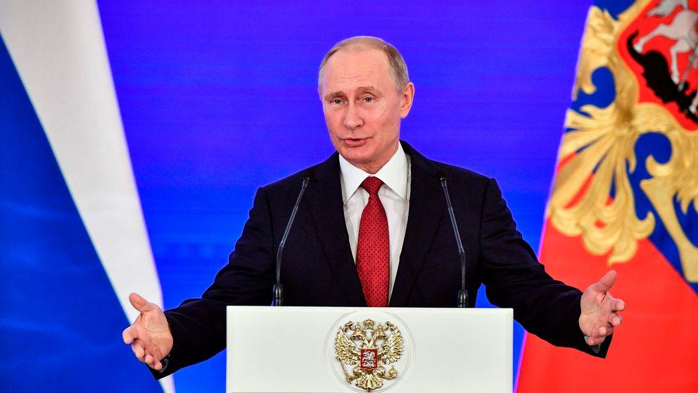 Rysslands president Putin står framför en talarstol.