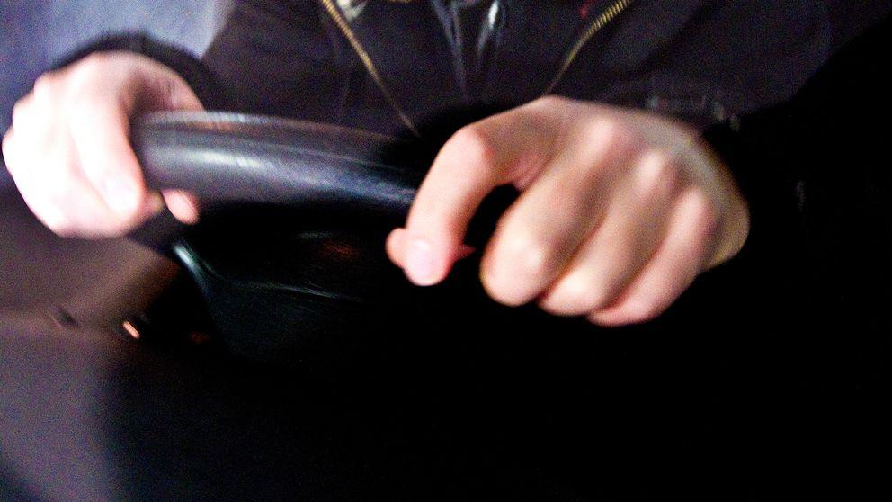 händer som håller bilratt
