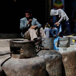 Behållare med matlagningsgas uppradade utanför ett försäljningsställe i Sanaa i Jemen.