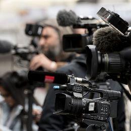 Många kameror och mikrofoner.