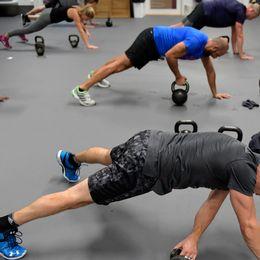 Människor som tränar i grupp