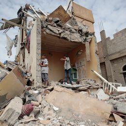 Förödelse efter en tidigare flygräd mot Sanaa