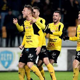 Mjällbys David Löfqvist jublar med lagkamrater efter 2-0.