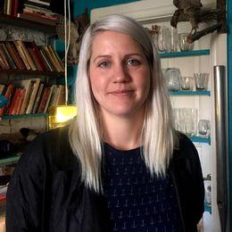 Porträttbild av komikern och programledaren Emma Knyckare.