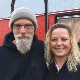 Jessica Wendel lånar ut sin husvagn till hemlöse Tony Malmgren.